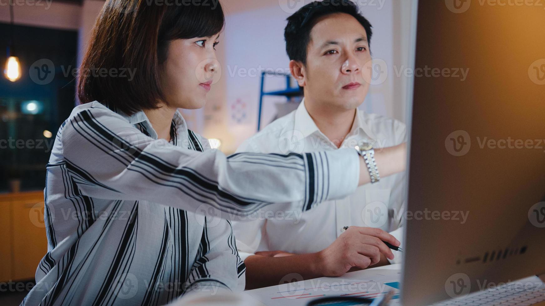 Grupo de empresarios y mujeres de negocios asiáticos que utilizan presentaciones por computadora y reuniones de comunicación para intercambiar ideas sobre la estrategia de éxito del plan de trabajo de los nuevos colegas del proyecto en la oficina en casa de noche. foto