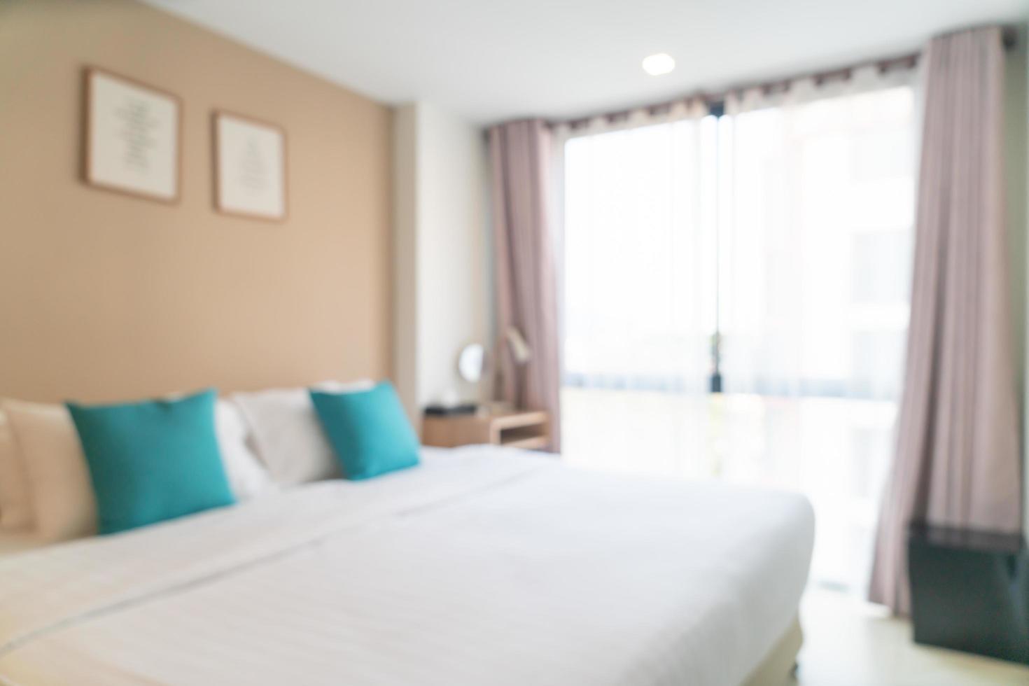 Cama de desenfoque abstracto en el dormitorio para el fondo foto