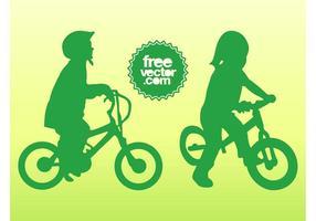 Les enfants sur les vélos