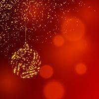 Bola de decoración brillante de Navidad sobre fondo rojo brillo