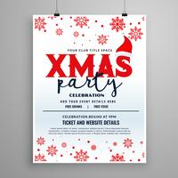 Diseño de flyer de fiesta de Navidad con gorro de santa claus y copos de nieve