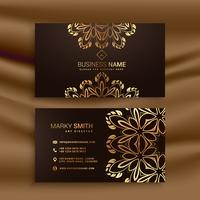 Diseño de tarjeta de visita de lujo premium con decoración floral dorada.