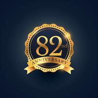 Etiqueta de celebración del 82 aniversario en color dorado.