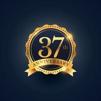 Etiqueta de celebración del 37 aniversario en color dorado.