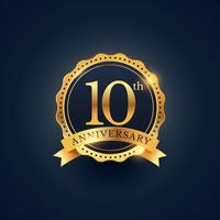 Rótulo de distintivo de celebração de aniversário 10 na cor dourada