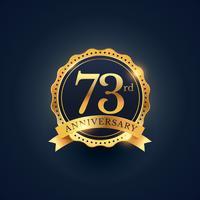 Etiqueta de celebración del 73 aniversario en color dorado.
