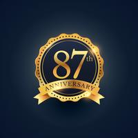 Etiqueta de celebración del 87 aniversario en color dorado.