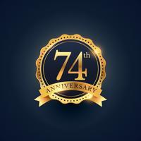 Etiqueta de celebración del 74 aniversario en color dorado.