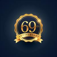 Etiqueta de celebración del 69 aniversario en color dorado.