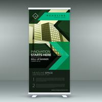 groene geometrische standee rollen banner ontwerpsjabloon in donker t
