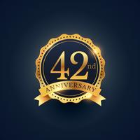 Etiquette de badge de célébration du 42e anniversaire en couleur dorée