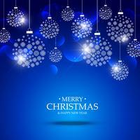 Bolas de Navidad hechas con copos de nieve colgando sobre fondo azul