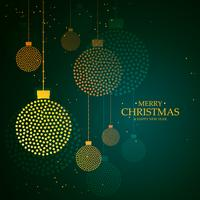 Artística creativa colgando bolas navideñas hechas con puntos.