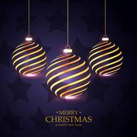 hängende goldene Weihnachtskugeln auf purpurrotem Hintergrund