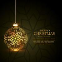Goldener Weihnachtsball gemacht mit Schneeflocken auf grünem Hintergrund