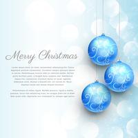 blaue Weihnachtskugeln mit Blumenschmuck und Bokeh