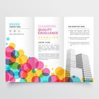 färgglad trifold broschyrdesign med cirklar