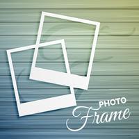Dos marcos de fotos vacíos sobre fondo de madera