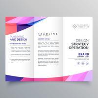 Plantilla de diseño de folleto de negocio triple con onda abstracta