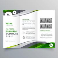 creatief driebladig brochureontwerp met groene en grijze golvende vorm