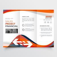 Tríptico diseño de folleto con forma ondulada abstracta atractiva