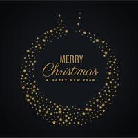 Bola de navidad dorada con decoración de estrellas.