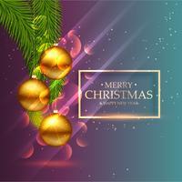 schöne glänzende goldene Weihnachtskugeln mit Blättern