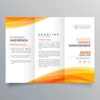modello di brochure a tre ante con forme d'onda arancione