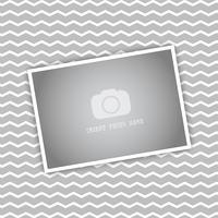 Imagen en blanco sobre fondo de rayas chevron