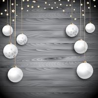 Hängende Weihnachtsflitter auf einem hölzernen Hintergrund