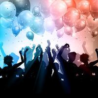 Folla di partito su uno sfondo di palloncini e coriandoli