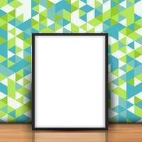 Blank bild lutad mot en retrovägg