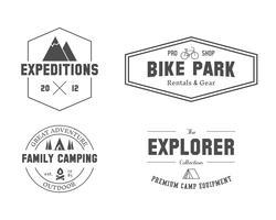 Set di modelli per esploratori esterni, badge per famiglie, logo ed etichette. Viaggiare, fare escursioni, andare in bicicletta. All'aperto. Ideale per siti di avventura, riviste di viaggi ecc. Isolato su sfondo bianco. Vettore