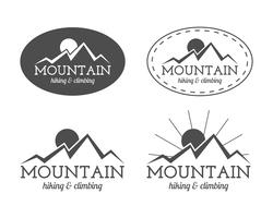 Sats med monokrom bergskamp, emblem och etikettmallar. Resor, vandring, klättring stil. Utomhus. Bäst för äventyrsplatser, reseföretag etc. Isolerad på vit bakgrund. Vektor