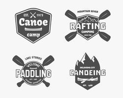 Set di rafting vintage, kayak, logo del campo di canoa, etichette e distintivi. Elegante design monocromatico. Temi di attività all'aperto. Vettore