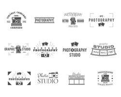 Distintivi di fotografia d'epoca, modelli di etichette. Design monocromatico con eleganti fotocamere ed elementi. Stile retrò per studio fotografico, fotografo, negozio di attrezzature. Segni, loghi Vettore