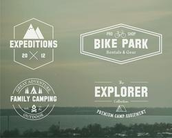 Sats med sommarutforskare, familjeskampmärke, logotyp och etikettmallar. Resor, vandring, cykling stil. Utomhus. Bäst för äventyrsplatser, resetidning etc. På suddig vintage bakgrund. Vektor