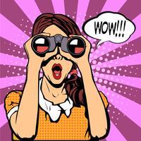 Wow pop art visage féminin. Sexy femme surprise avec la bouche ouverte, tenant des jumelles dans ses mains avec bulle de dialogue. Fond de vecteur coloré dans un style bande dessinée rétro pop art.