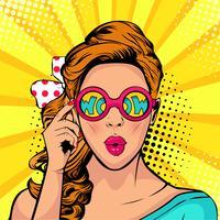 Cara del arte pop de la boca abierta de la mujer sorprendida que sostiene las gafas de sol en su mano con la inscripción guau en la reflexión. Ilustración del vector en estilo cómico retro.