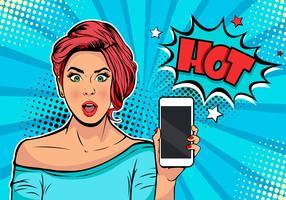Tjej med telefon i handen och uppskrift Hot. Kvinna med smartphone. Digital annonsering. Några nyheter eller försäljningskoncept. Wow, omg emotion. Tecknad film komisk illustration i popkonst retro stil.