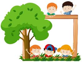 Leerer Rahmen, umgeben von Kindern und Baum