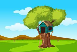 Uma casa na árvore na natureza