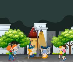 Många barn dansar i grannskapsparken