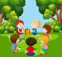 Kinder spielen das Paket