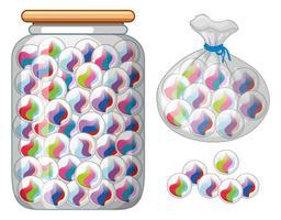 Canicas en tarro de cristal y bolsa.