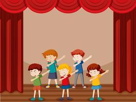 Groep kinderen dansen