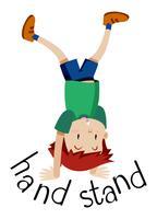 En pojke som står upp och ner på sina händer.