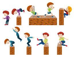 Barn hoppar och klättrar