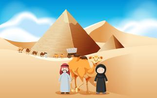 Arabische mensen en kamelen bij de piramides