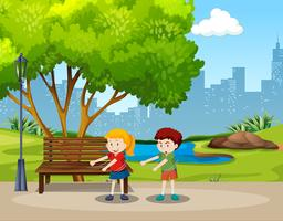 Pojke och tjej tandtråd dansar i parken
